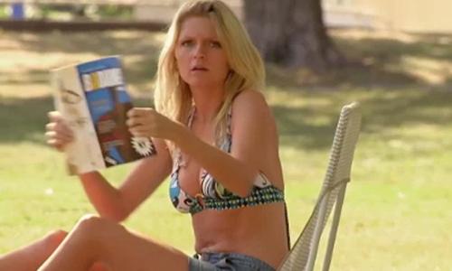 Người đẹp bikini tức giận vì bị nhìn trộm bằng ống nhòm - Người đẹp bikini, nhìn trộm