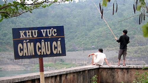Biển cấm câu cá có lẽ được hiểu là khu vực có nhiều cá - biển cấm, biển cấm vô nghĩa, chỉ có ở Việt Nam, cấm gì làm nấy, biển cấm có cũng như không,